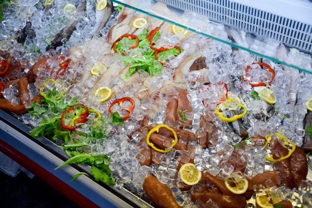 Холодильная витрина с морепродуктами